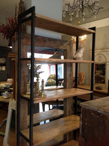 Librería de hierro y madera