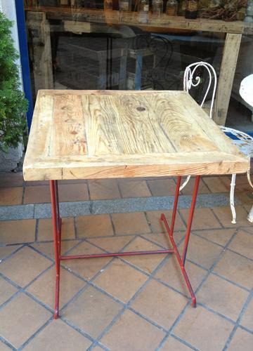 Mesa con sobre de madera de derribo