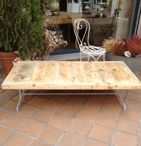 Mesa baja con sobre de madera de derribo