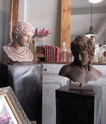 Escultura de bustos sobre peanas metálicas