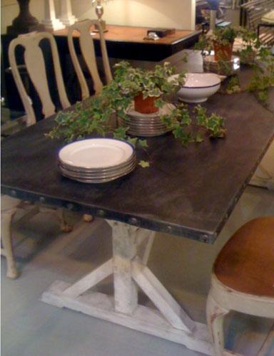 Mesa de madera y zinc